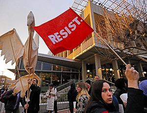 カリフォルニア大学バークリー校でイアノポウロス氏に抗議する人々