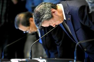 不正会計問題について、記者会見で頭を下げる東芝の田中久雄社長(手前)=2015年7月