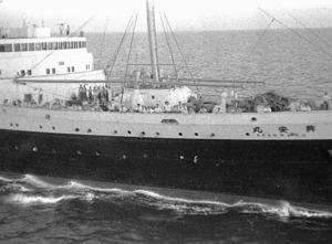 釈放された戦犯(第2陣)を乗せて舞鶴に向かう興安丸=1956年7月31日、福岡市玄界島沖、本社機から