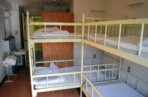 宿泊施設「スペースロッジ」の室内。2段ベッドやシャワー、トイレがある=北九州市八幡東区東田4丁目のスペースワールド