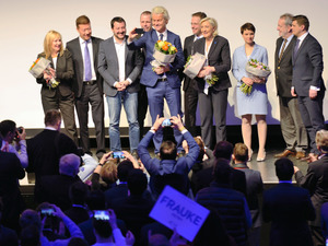 1月21日、独西部コブレンツの集会で、壇上でそろって自撮りするオランダのウィルダース自由党党首(中央)やフランスのルペン国民戦線党首(右から4人目)ら=喜田尚撮影