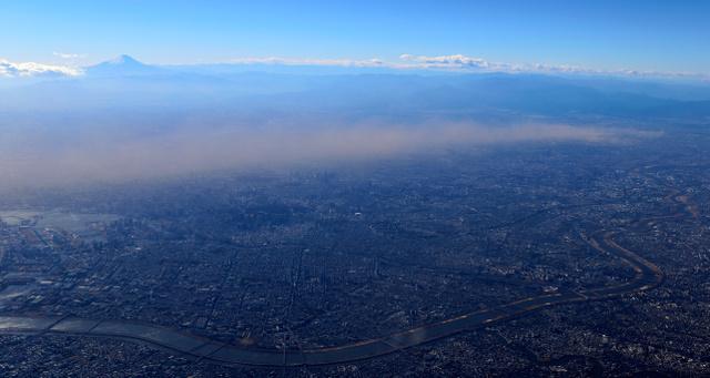 埼玉県南部から強風で舞い上がった「砂ぼこり」は、北西の風に乗って東京・新宿から銀座方面に流れていた=2日午後2時37分、東京都内、朝日新聞社機から、堀英治撮影