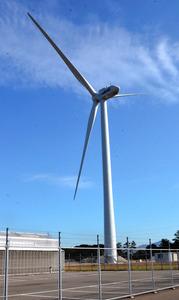 来月から運転を開始する風力発電設備=北九州市若松区