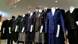 中学校の制服が並んだ大手スーパーの売り場。制服販売はピークを迎えている=東京都内