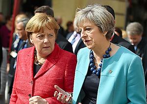 首脳会合が開かれるマルタの首都バレッタで3日、言葉を交わすメイ英首相(右)とメルケル独首相=AP