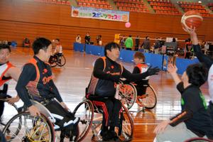 車いすバスケットボールを楽しむ人たち=県総合体育館