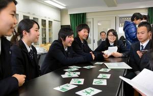 神戸大付属中等教育学校の生徒と交流する(左から)菊田さん、鈴木さん、平塚さん、齋藤さん=神戸市東灘区
