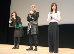 試写前に舞台に登場した(右から)えのきさりなさん、竹中直人さん、高樹澪さん=白河市文化交流館コミネス