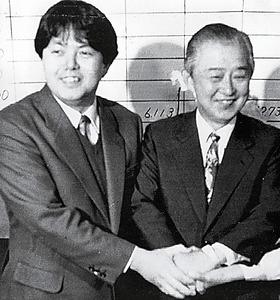 1990年の衆院選で当選した林義郎さん。左は長男で現参院議員の芳正さん