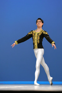 ローザンヌ国際バレエコンクールの決勝で舞う中尾太亮さん=4日、スイス西部ローザンヌ、松尾一郎撮影