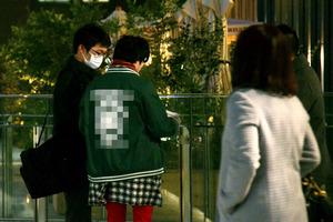 署員から警告を受ける客引きの男性(中央)=1月19日、名古屋市中村区(男性の服にモザイクをかけています)