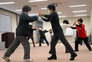 避難先でエコノミークラス症候群を防ぐ体の動かし方を学ぶ参加者たち=海陽町浅川