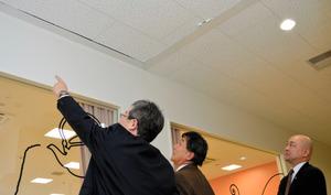 学校給食センターの天井の破損部分を確認する委員ら=鳥栖市蔵上町