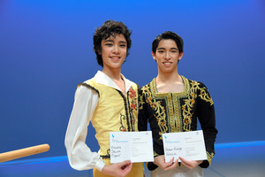 ローザンヌ国際バレエコンクールで3位になった中尾太亮さん(右)と4位の山元耕陽さん=4日、スイス西部ローザンヌ、松尾一郎撮影
