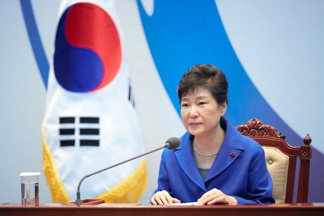 ソウルの大統領府(青瓦台)で2016年12月9日午後、国会の弾劾(だんがい)議決を受け、閣僚たちとの懇談会に臨んだ朴槿恵大統領=韓国大統領府提供