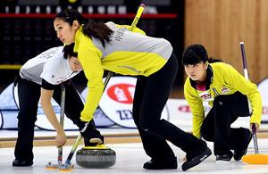 女子決勝の第10エンド、ショットを放つ中部電力スキップの松村(右)。スイーパーは清水(手前)と石郷岡=北村玲奈撮影