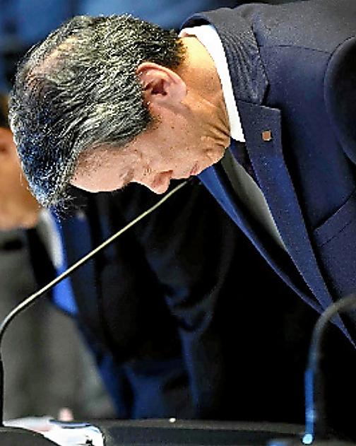 不正会計問題について、記者会見で頭を下げる東芝の田中久雄社長=2015年7月