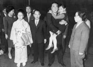 中国訪問中の中曽根首相は、中国政府、共産党の中央機関が置かれている中南海で胡耀邦中国共産党総書記と家族ぐるみで昼食懇談。中曽根氏が抱いているのは胡氏の孫=1984年3月、北京・中南海