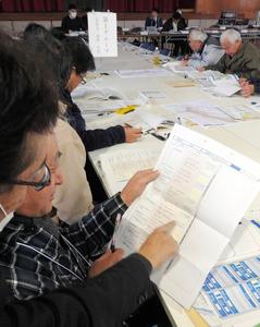 スタッフに教わりながら、マイ・タイムラインを作る参加者たち=常総市若宮戸の玉小学校体育館