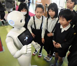 子どもたちと話すヒト型ロボット「Pepper」=草津市立草津小学校