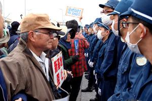 キャンプ・シュワブのゲート前では、海上作業員の車両が入るのを阻止しようと反対派と機動隊が一時にらみ合った=6日午前8時17分、沖縄県名護市、金子淳撮影