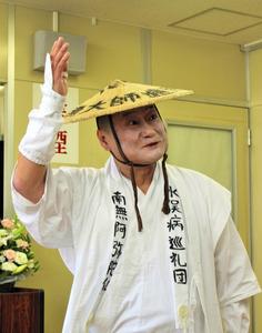 「天の魚」の一節を演じる江良潤さん=東京都渋谷区、北野隆一撮影