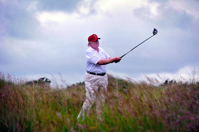 ゴルフに興じるトランプ氏=2012年、AFP時事