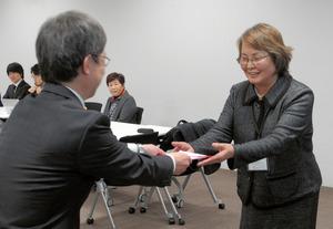 助成が決まった団体に目録が手渡された=2日、朝日新聞大阪本社で