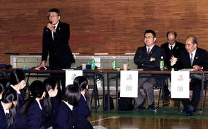 生徒たちに県議会の役割などを説明した講師役の県議たち=日向市鶴町3丁目、県議会事務局提供