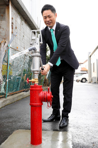 さく泉式消火栓に取り付けられた手押しポンプ=石井町藍畑