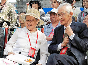 撫順戦犯管理所開設60年の式典に参列した高橋哲郎さん(右)と元職員の鄭英順さん=2010年6月20日、中国・撫順、筆者写す