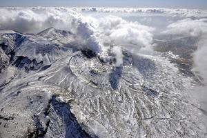 噴火警戒レベルが2から1に引き下げられた阿蘇山=1月21日、熊本県、朝日新聞社ヘリから、福岡亜純撮影