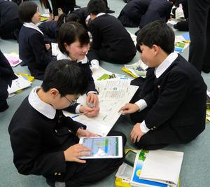 タブレット端末を使って予算編成に取り組む児童たち=長岡市学校町1丁目