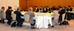 第2回の会合に出席した専門委の委員ら=鹿児島市