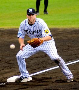 守備練習で三塁を守る阪神の新外国人キャンベル