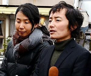 パートナーとともに取材に応じる臼井崇来人さん(右)=7日、岡山県津山市