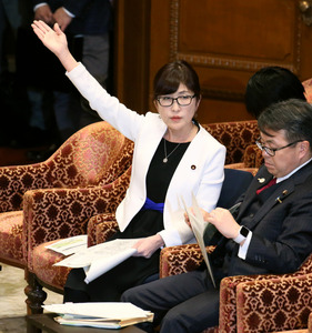 衆院予算委で、答弁するため挙手する稲田朋美防衛相=8日午前、岩下毅撮影