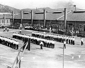 戦犯管理所の運動場で列をつくる日本人戦犯たち=1954年ごろ、中国・撫順