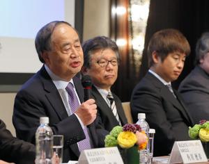 KADOKAWAとドワンゴの経営統合について、記者会見で説明する角川歴彦(左)と川上量生(右端)=2014年5月、東京都中央区