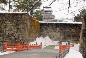 天守閣がある本丸と、二ノ丸の間にかかる廊下橋=会津若松市追手町の鶴ケ城