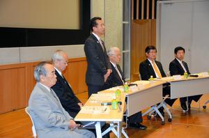 原電幹部らを前にあいさつする東海村の山田修村長と周辺5市長=昨年12月、東海村
