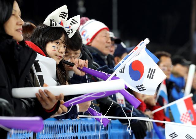 プレ大会を兼ねたノルディックスキーW杯で、選手に声援を送る観衆=4日、韓国・平昌、林敏行撮影