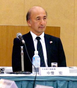講演にのぞむ日本銀行の中曽宏副総裁=9日、高知市