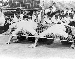 戦犯管理所の運動会に臨む日本人戦犯たち=1954年ごろ、中国・撫順