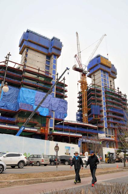 海水浴場近くで建設が進む20階建てホテル=韓国・江陵市