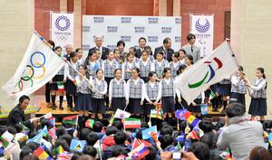 フラッグツアーの式典では、上杉山通小学校の児童が五輪旗、パラリンピック旗を振って盛り上げた=仙台市青葉区の県庁、福留庸友撮影
