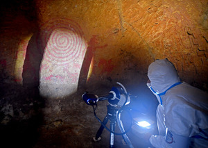 帰還困難区域にある清戸迫横穴で行われた3次元計測=9日、福島県双葉町、金居達朗撮影