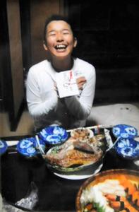 中学校の入学祝いをもらって喜ぶ村川康嗣さん=2009年3月、弘美さん提供