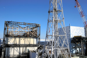 がれきが手つかずのまま残る1号機(左)と、核燃料の一部とみられる塊が映像で確認された2号機=6日、東京電力福島第一原発、日本記者クラブ取材団代表撮影
