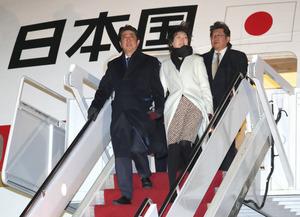 日米首脳会談のため、米メリーランド州のアンドルーズ空軍基地に到着した安倍晋三首相(左)と昭恵夫人(中央)=9日、岩下毅撮影